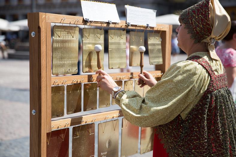 """El grupo """"Las campanas de Rusia"""" realizó un taller abierto de composición en campanas planas. Este instrumento se ha convertido en el símbolo del festival """"Feel Russia""""."""
