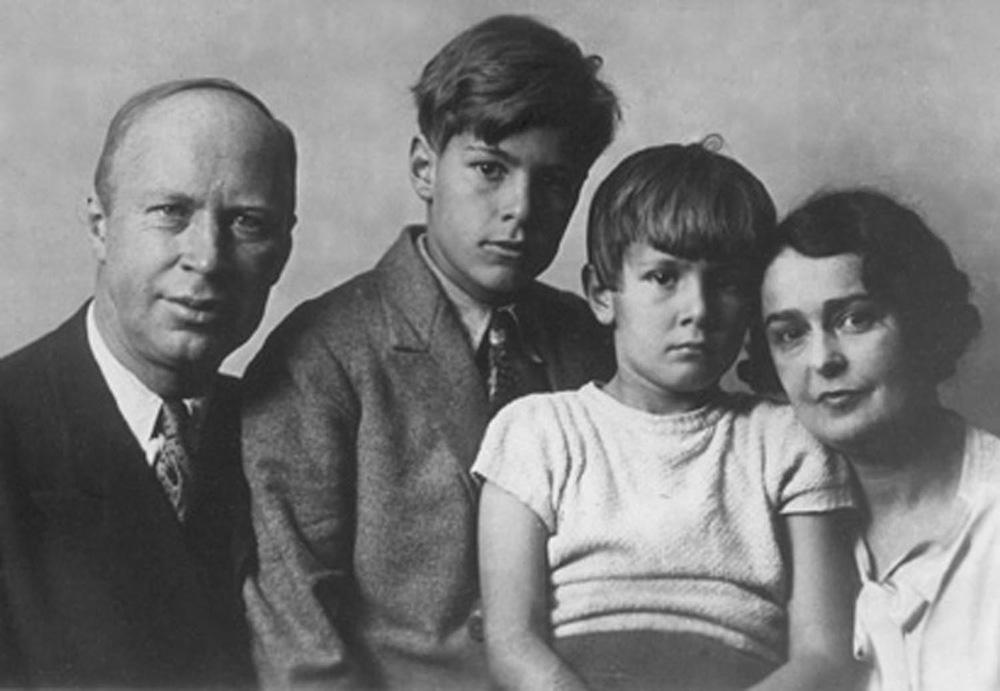 Los Prokófiev. De izquierda a derecha: Serguéi, Sviatoslav, Oleg y Lina. Fuente: Dominio público