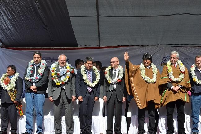 Representantes da Rosatom reunidos com o presidente Evo Morales (terceiro da dir. à esq.)