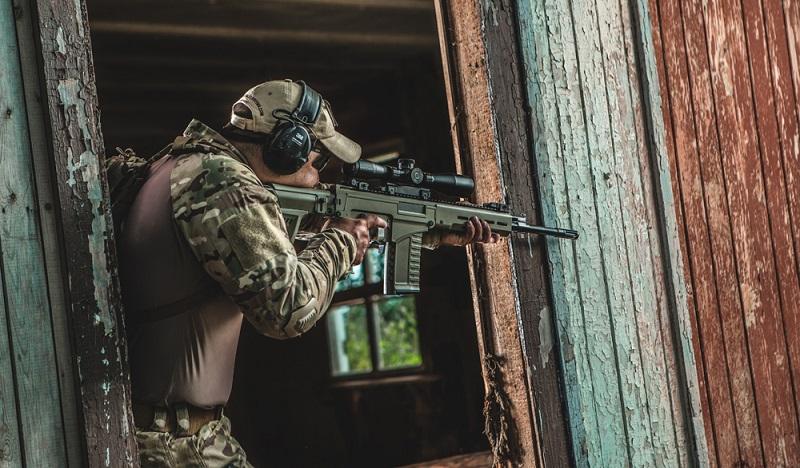 Francotirador con un fusil semiautomático SVK.