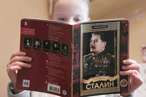 """Los cuadernos """"Grandes nombres de Rusia"""" se venden en lotes de cinco, con diferentes portadas. """"El set está dedicado a los grandes personajes de Rusia: la Emperatriz Catalina II, el académico Koroliov, el gran comandante Kutuzov, el compositor Rachmá"""