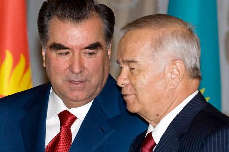 El presidente tayiko Emomali Rachmon (derecha) con el presidente uzbeko Islam Karímov. Foto: Reuters / Vostock Photo.