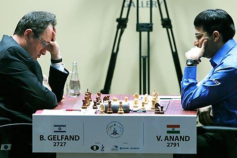 Anand empezó a jugar el jueves con las blancas y empató con Gelfand, a pesar de que este usó la defensa Grünfeld por sorpresa y de sus acostumbradas idas y venidas paseando al lado de la tabla. En su segundo encuentro del sábado el resultado también