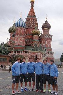 Algunos jugadores uruguayos posan junto a la catedral de San Basilio. Foto: auf.org.uy.