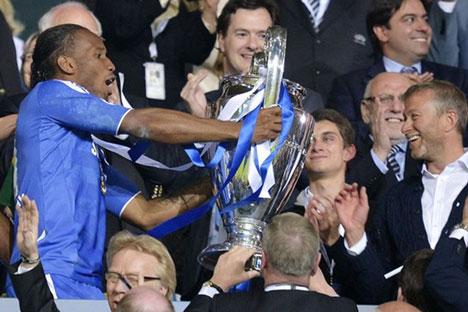 Didier Drogba ofrece a Abramovich el trofeo de la Champions League. Fuente: AP