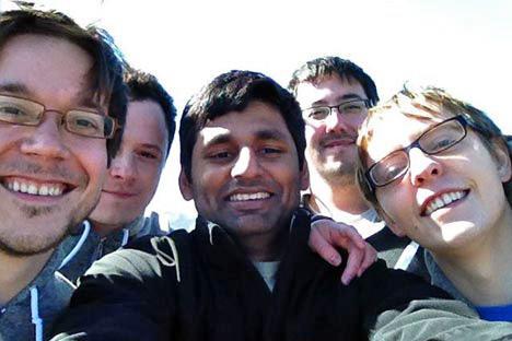 De izquierda a derecha: Oleg Kostour, Antón Krutianski, Aswinkumar Rajendiran, Jamie Murai y Michael Petrov. Fotografía de archivos personales.