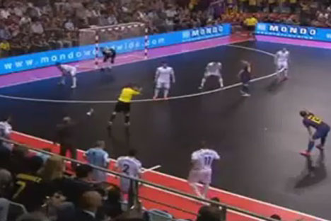 Momentos del partido disputado entre el Dinamo y el Barcelona.