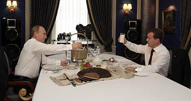 El presidente Medvédev, y el presidente electo, Putin, disfrutan de un vaso de leche en la residencia oficial del primero. Fuente: Itar Tass