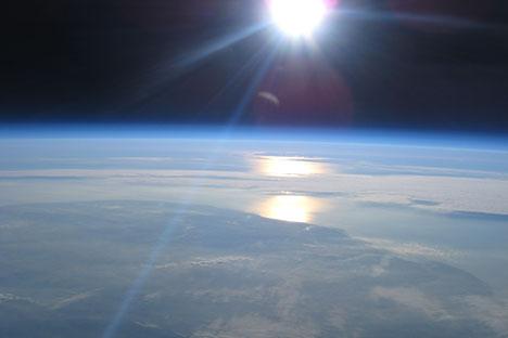 Foto tomada desde la estratosfera en la que se puede apreciar la curvatura del horizonte. Fuente: Proyecto Icarus.