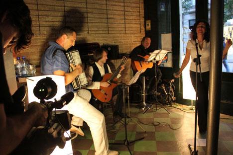 Componentes del grupo en un momento de sus actuación. Fuente: Maite Montroi.