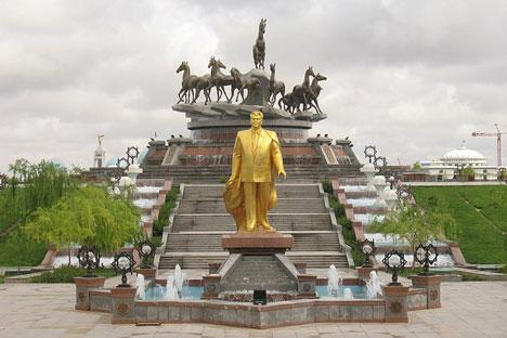 Estatua de Niyasov, presidente de Turkmenistán de 1985 a 2006. Fuente: Flickr/ Martinjn.Munneke.