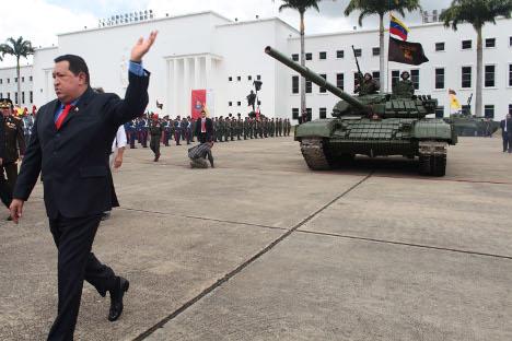 Hugo Chávez ante un tanque. Fuente: Reuters