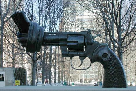 """Escultura titulada """"No Violencia"""", situada en la puerta del edificio de Naciones Unidas, creada por el artista sueco Federico Reuterswärd. Fuente: Flickr/ rikomatic."""