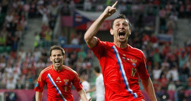 Jugadores rusos celebran el gol que decidió el partido, el tercero, de Dzagoev. Foto: UEFA.com.