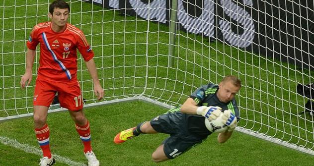 Alan Dzagoev (Rusia), en la jugada del gol, el tercero de su cuenta en la Eurocopa (Fuente: UEFA.com)