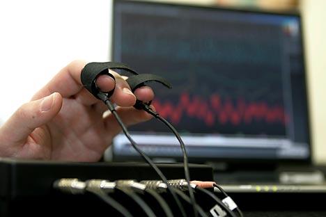 El programa informático graba la voz de la persona a la que se entrevista y al instante muestra en la pantalla un diagrama a partir del cual el especialista ve si el individuo está seguro de lo que dice. Fuente: Getty Images/ Fotobank.