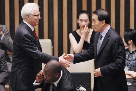 El embajador chino Li Baodong y el ruso Vitali Churkin se dan la mano antes de la votación. Fuente: Getty Images / Fotobank