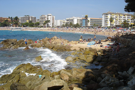 La popular playa de Fenals. Fuente: Maite Montroi.