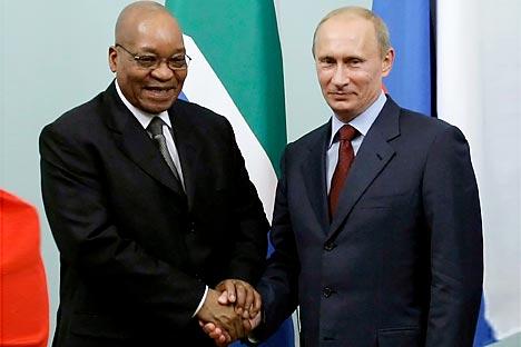 El presidente de Sudáfrica Jacob Zuma y su homólogo ruso Vladímir Putin. Fuente: Reuters.