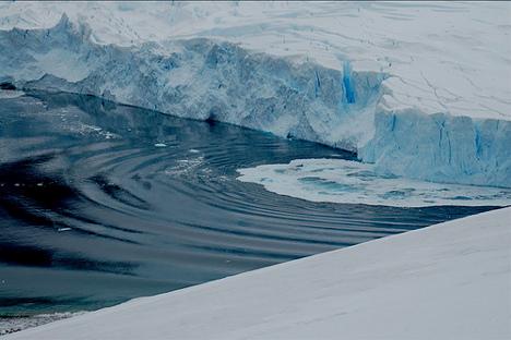 Masa de hielo descongelandose en la Antártida. Fuente: Flickr/ Matty.