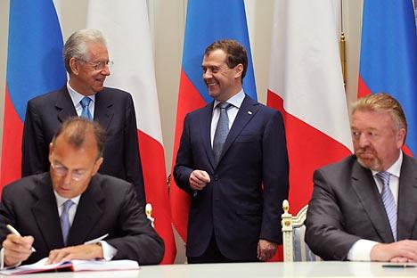 Mesa donde se firmaron los acuerdos bilaterales Rusia-Italia durante la visita oficial del primer ministro italiano, Mario Monti, a Moscú. Foto: Itar-Tass.