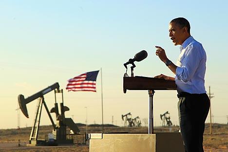 Con unas bombas extractoras como telón de fondo, el presidente Barack Obama da un discurso en un campo petrolífero y de gas en Maljamar, Nuevo México, el miércoles 21 de marzo de 2012. Fuente: AP.