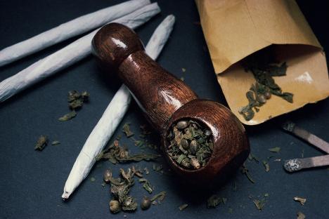 """""""Es completamente evidente que el cannabis y sus derivados no han de figurar en la misma lista que los opiáceos. No es correcto que esté prevista la misma pena para un grado de peligro tan diferente para la salud humana"""", explica Lev Levinsón. Fuente: Getty Images/Fotobank."""