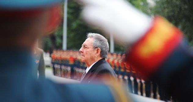 Raúl Castro en el homenaje al soldado desconocido. Fuente: AFP / East News.
