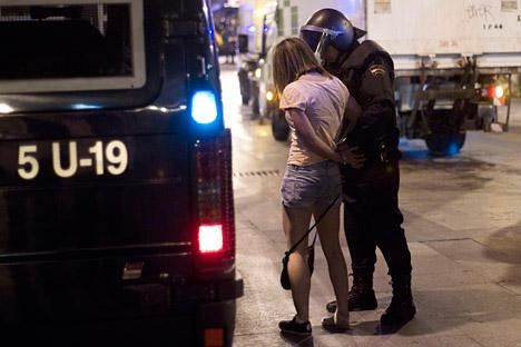 La policía detiene a una joven. Fuente: Reuters.