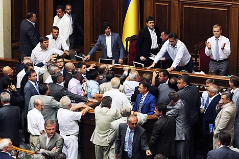 Agitado debate en el parlamento ucraniano en relación a la ley aprobada. Fuente: Reuters/ Stringer.