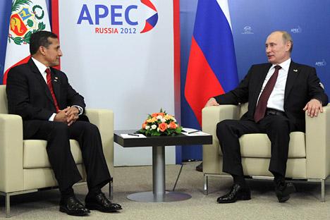 El presidente de Rusia Vladímir Putin y el presidente de Perú Ollanta Humala están hablando durante la cumbre APEC. Fuente: Reuters / VostockPhoto.