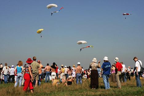 Frente a la tribuna descendió un grupo de paracaidistas. Fuente: ITAR-TASS.