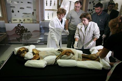El personal del Museo de Arqueología y Etnografía embala a la momia de Princesa de Ukok para entrega al Museo Nacional de A.Anokhin en la república de Altai. Fuente: Alexandr Kryazhev / RIA Novosti.