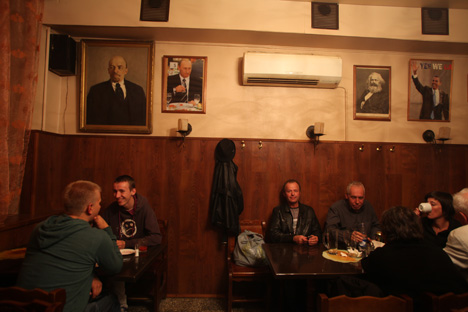 Ryumochnaya was similar to pubs in England, as a place where career professionals might go after the end of a hard day's work. Source: Kommersant.