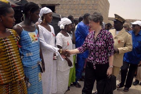 Helen Clark, de UNDP, saluda a un grupo de mujeres en Tombuctú en una clínica dedicada a tratar enfermos de VIH en Malí.Fuente:Flickr / United Nations Development Programme.