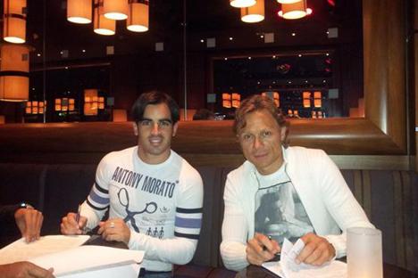 Jurado con Karpin, director general del Spartak, durante la firma del contrato. Fuente: twitter / Jurado10Marin