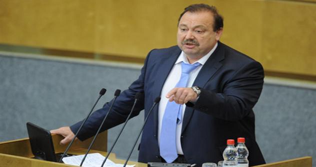 Dmitri Gudkov dice que en el parlamento se sientan 93 accionistas de Rusia Unida. Fuente: ITAR-TASS.