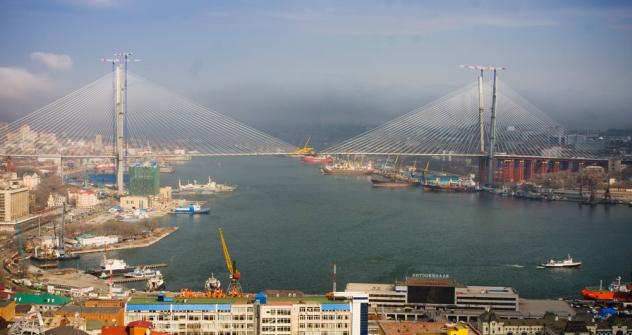 El puente que une la ciudad de Vladivostok con la isla Russki. Fuente: Vitali Raslakov