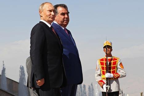 Los presidentes de Rusia y Tayikistán, Vladímir Putin y Emomale Rajmon durante una ceremonia de bienvenida en Dushanbé,Tayikistán, 5 de octubre de 2012. Fuente: AP.