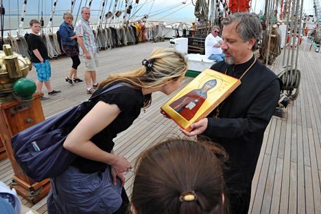 Sacerdote muestra un icono a los fieles. Fuente: Photo XPress.
