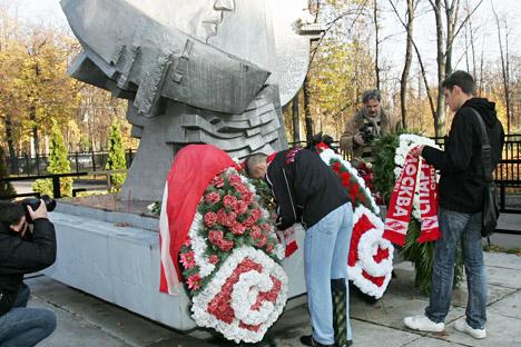 Aficionados del Spartak colocan coronas de flores en memoria de los fallecidos. Fuente: PhotoXPress