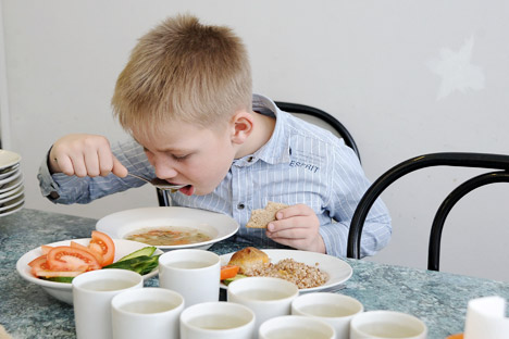 Los niños de hoy en día comen platos soviéticos. Fuente: ITAR-TASS.