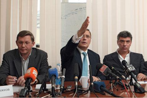 Vladimir Ryzhkov, Mikhail Kasyanov, Boris Nemtsov. Fuente: Kommersant.