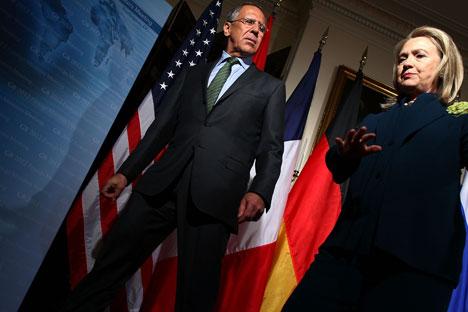 El Ministro de Asuntos Exteriores Sergei Lavrov con la Secretaria de Estado Hillary Clinton. Fuente: Gettyimages / Fotobank.