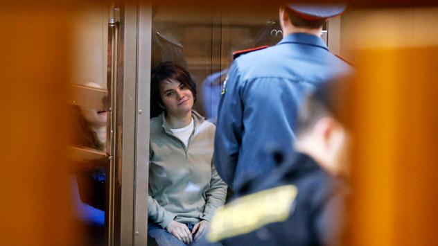 Ekaterina Samutsévich, de Pussy Riot, durante el juicio. Fuente: AP.