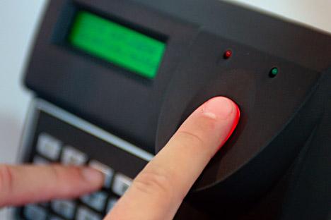 Un banco ruso coloca cajeros automáticos en los que sus clientes pueden retirar efectivo identificándose con las huellas dactilares. Fuente: Alamy / LegionMedia