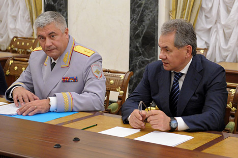 El ministro de Asuntos Interiores Vladímir Kolokolcev y ministro de defensa Serguéi Shoigú. Fuente: ITAR-TASS
