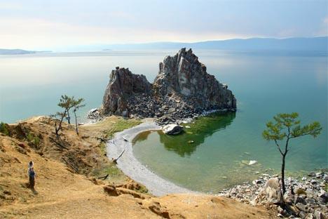 El moscovita Serguéi Yereméev abandonó su trabajo en una multinacional y vive modestamente en la isla situada en el lago Baikal. Fuente: flickr / elrentaplats