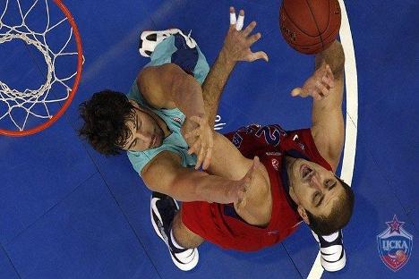 Nenad Krstic, CSKA, y Ante Tomic, Barcelona, pugnan en la zona. Fuente: cskabasket.com.