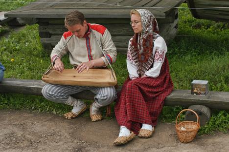 Un joven toca un instrumento esloveno antiguo llamado 'gusli'. Fuente: Oleg Serdechnikov